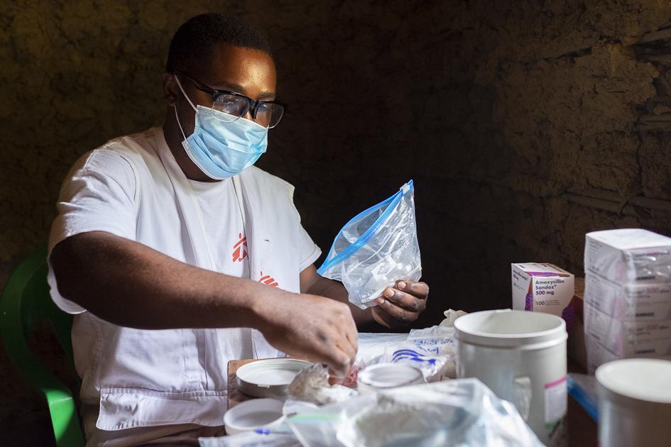 Photo, infirmier préparation pour dispenser les traitements prescrits aux patients non Ebola reçus en consultation par le personnel de MSF