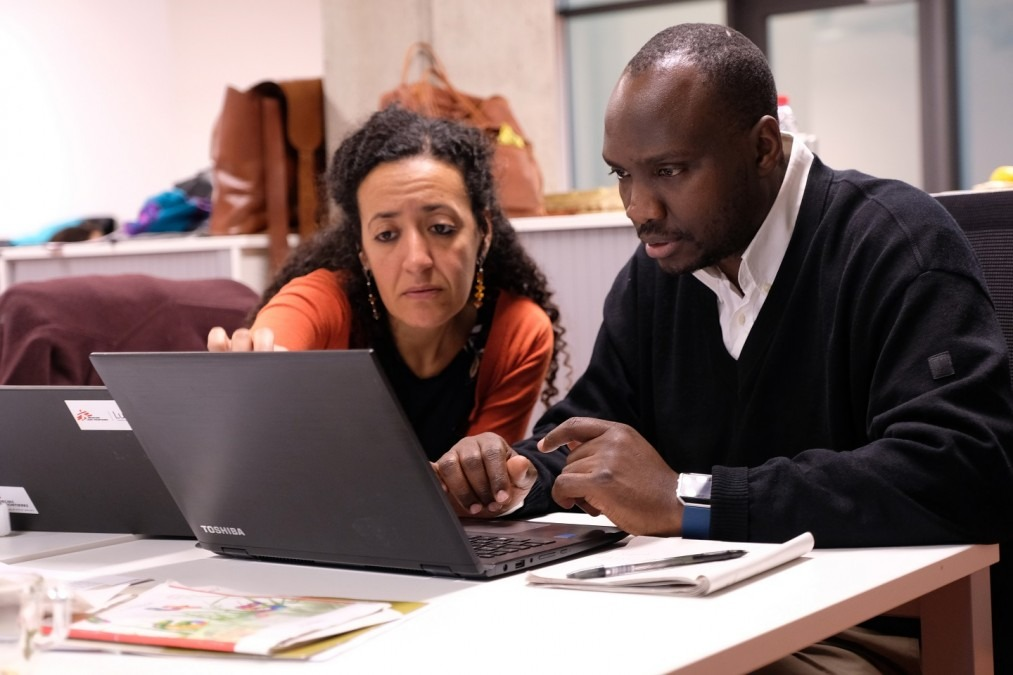 Engy Ali (left) and Norman Sitali work together on refining a research protocol during MSF's SORT IT course on qualitative research. © Samuel Sieber/MSF