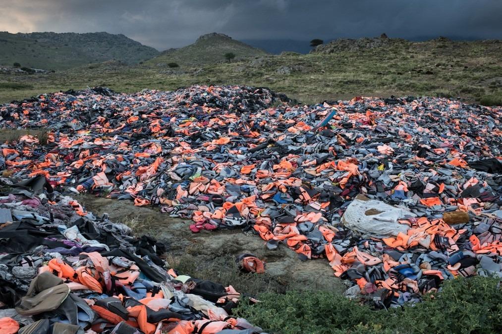 Des milliers de gilets de sauvetage laissés par les migrants sont rassemblés dans une décharge sur l'île de Lesbos. Grèce, mai 2018. © Robin Hammond/Witness Change