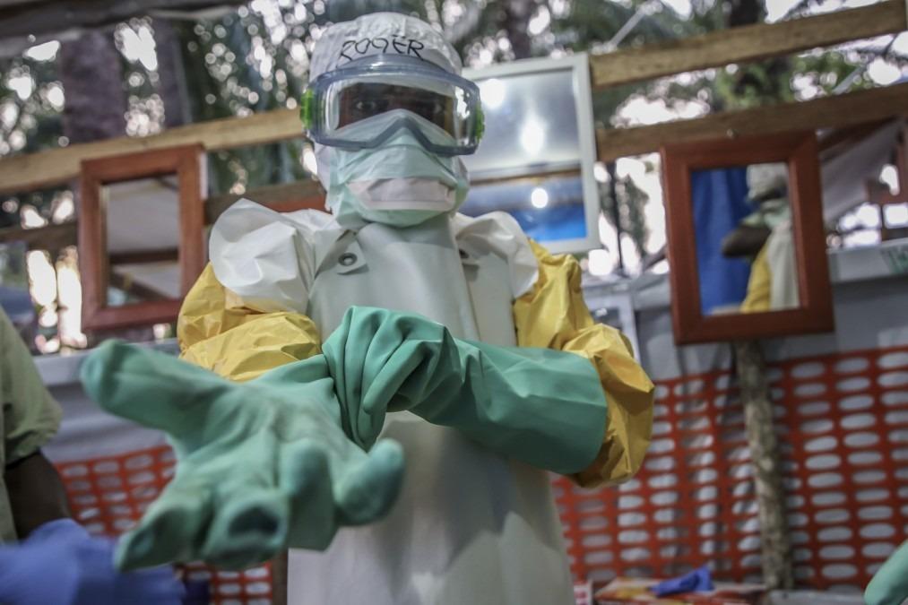 Roger, hygiéniste, se prépare à se rendre dans la zone à haut risque du centre de traitement Ebola de Mangina pour une durée maximale d'une heure : l'équipement de protection rend la respiration difficile. RDC, septembre 2018. © Carl Theunis/MSF