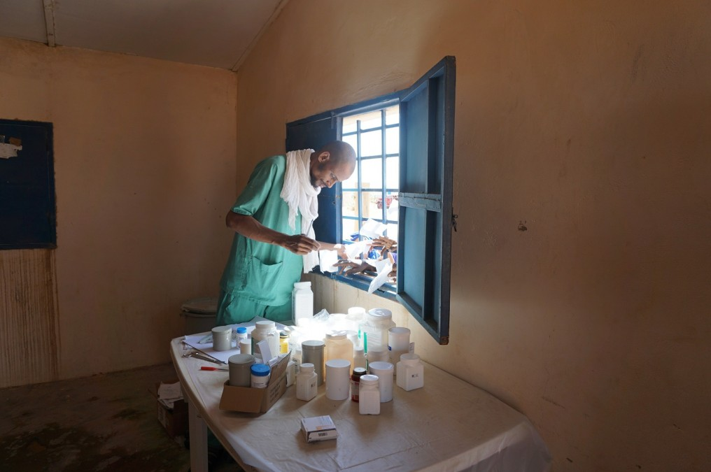 Patients impatiently collect their prescriptions at the pharmacy in the Mbera camp. © Anita Williams / MSF