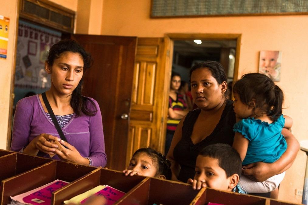 Le « Servicio Prioritario » utilise une approche intégrale et multidisciplinaire : les victimes de violences sexuelles sont aidées par différents professionnels de la santé lors d'une même visite. Honduras, mars 2014. © Mayerling Garcia.