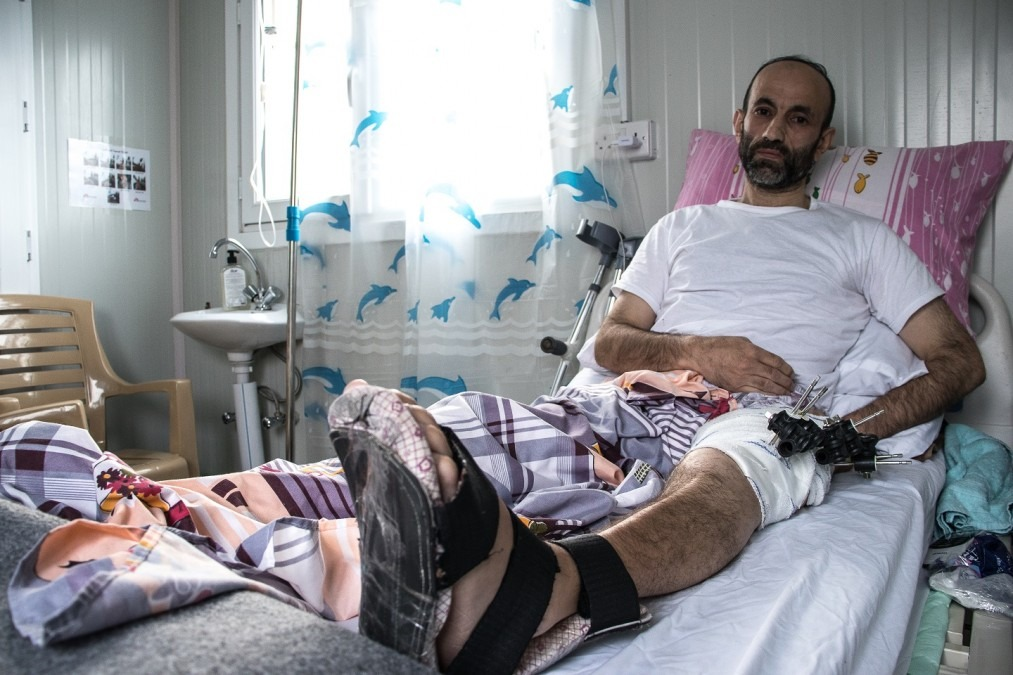 Nashwan, 42 ans, est l'un des nombreux blessés de guerre qui tentent encore de se rétablir un an après la fin officielle du conflit à Mossoul. Mai 2018. © MSF/Sacha Myers