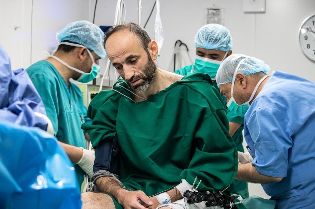 Nashwan est préparé pour son opération au centre de soins postopératoires de MSF dans l'est de Mossoul. Mai 2018. © MSF/Sacha Myers