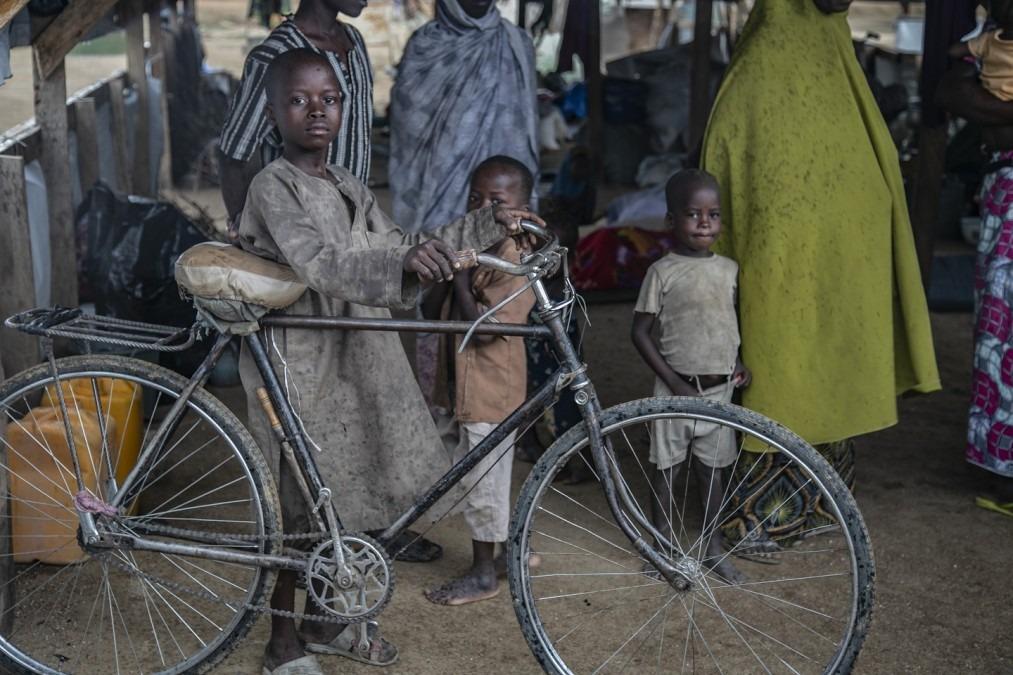 Un jeune garçon dans le camp de transit de la ville de Gwoza, où les personnes déplacées attendent qu'on leur fournisse des tentes familiales. Nigéria, mai 2018. © Igor Barbero/MSF