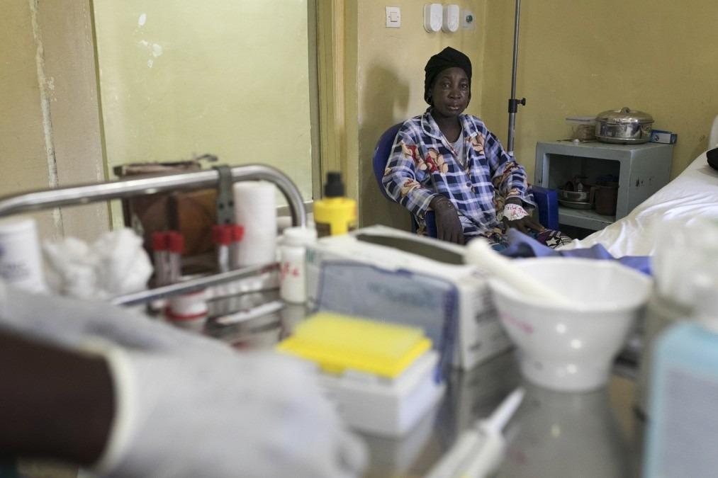 Mama Kamano, 56 ans, souffre de problèmes rénaux, d'hypertension et de tuberculose. Elle est prise en charge par MSF à l'hôpital de Donka, à Conakry en Guinée. Mars 2018. © Albert Masias/MSF