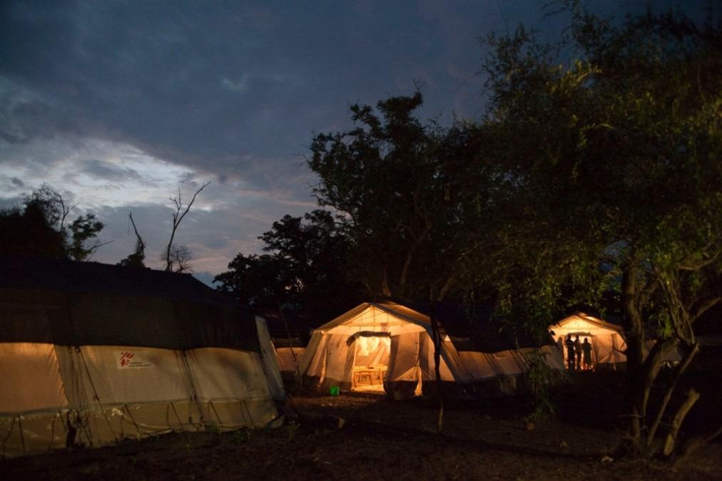 Les tentes du service patient de l'hôpital Batil à l'aube, au Sud Soudan