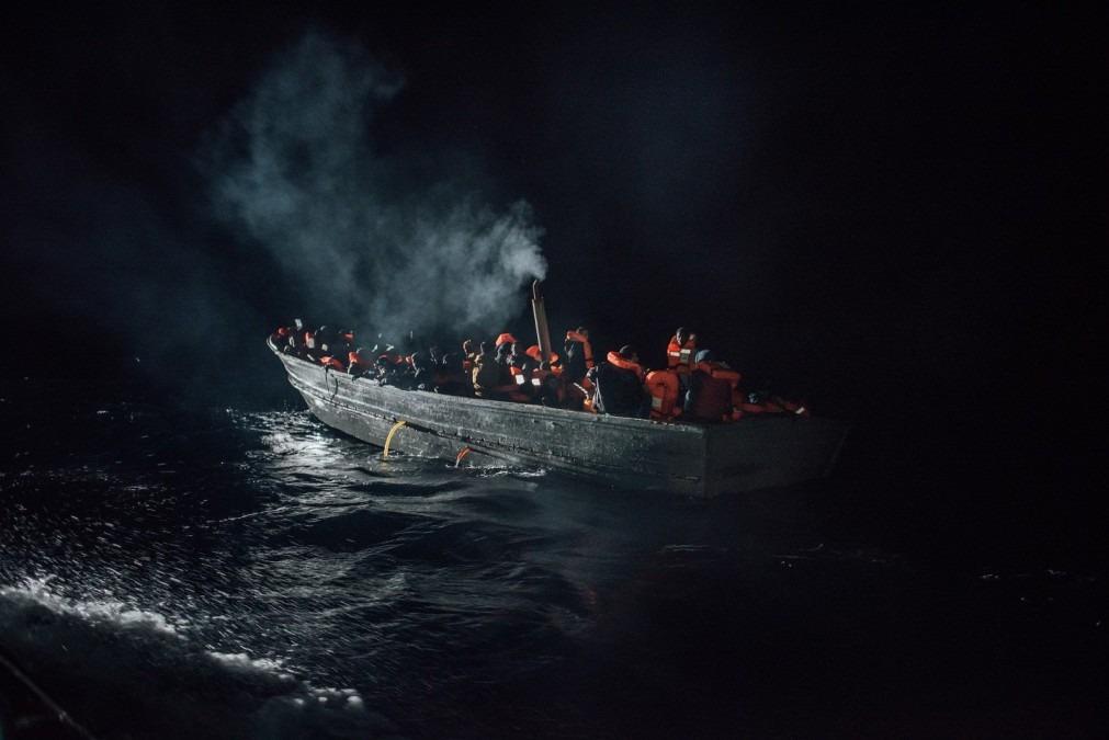 Migrants et réfugiés dérivent, dans un petit bateau en bois, dans l'obscurité de la nuit en Méditerranée, décembre 2016. © Kevin McElvaney