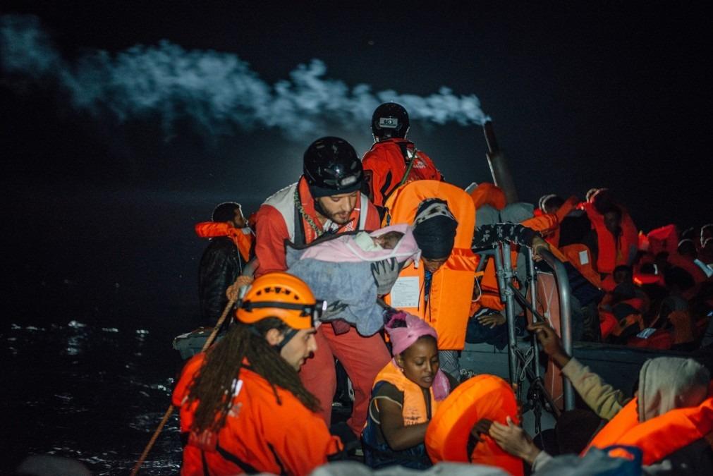 Le personnel de recherche et de sauvetage de MSF et SOS Mediterannee transfère un enfant en bas âge à leur annexe dans des conditions épouvantables dans la mer Méditerranée, 28 décembre 2016. © Kevin McElvaney