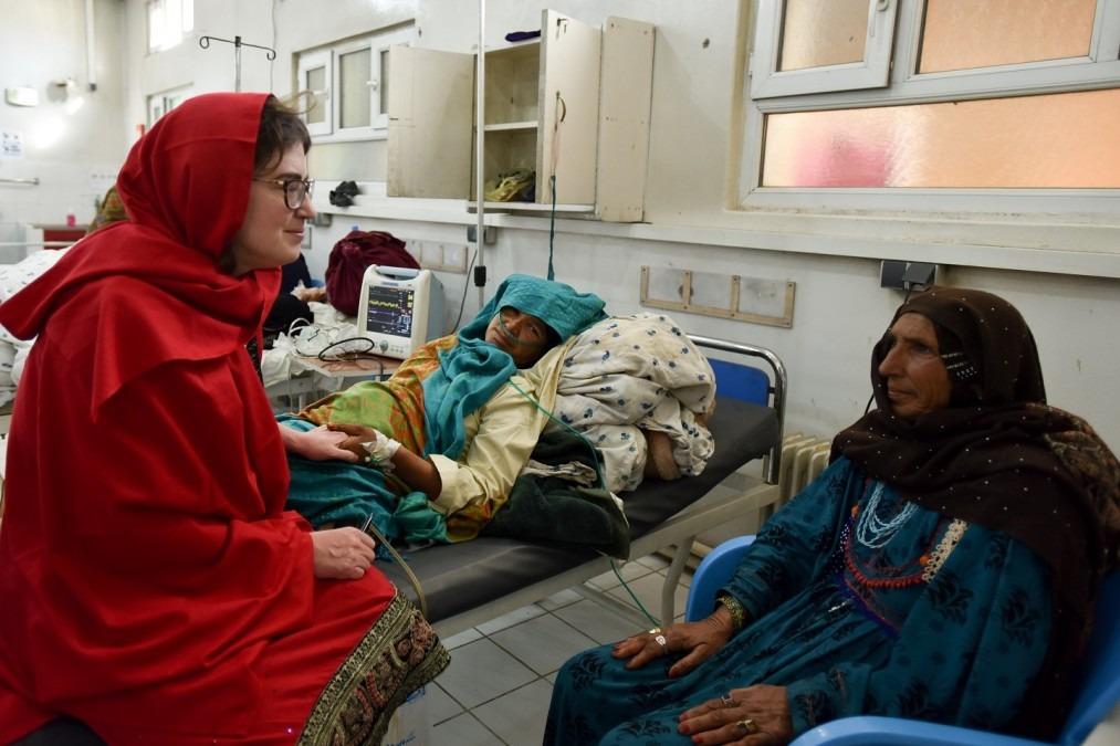 Le Dr Séverine Caluwaerts s'entretient avec une mère et sa fille, une patiente de la maternité de Khost, qui se remet lentement d'une hémorragie post-partum après un accouchement à domicile. Afghanistan, février 2017. © Najiba Noori