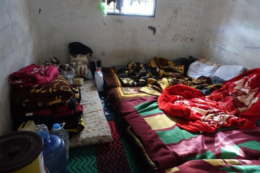 Salle où les migrants et réfugiés sont détenus à l'intérieur d'un centre de détention à l'ouest de Misrata. Lybie, janvier 2017. © Tankred Stoebe/MSF