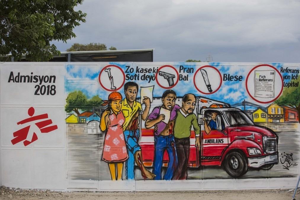 La peinture murale montrant les différents types de blessures traitées par MSF au centre Nap Kenbé à Tabarre. Haïti, novembre 2017. © Jeanty Junior Augustin
