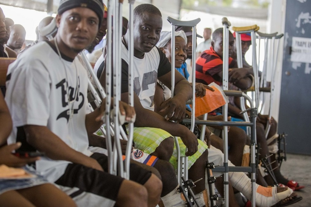 Patients en attente dans l'aire d'accueil du centre de Nap Kenbe à Tabarre. Haïti, novembre 2017. © Jeanty Junior Augustin