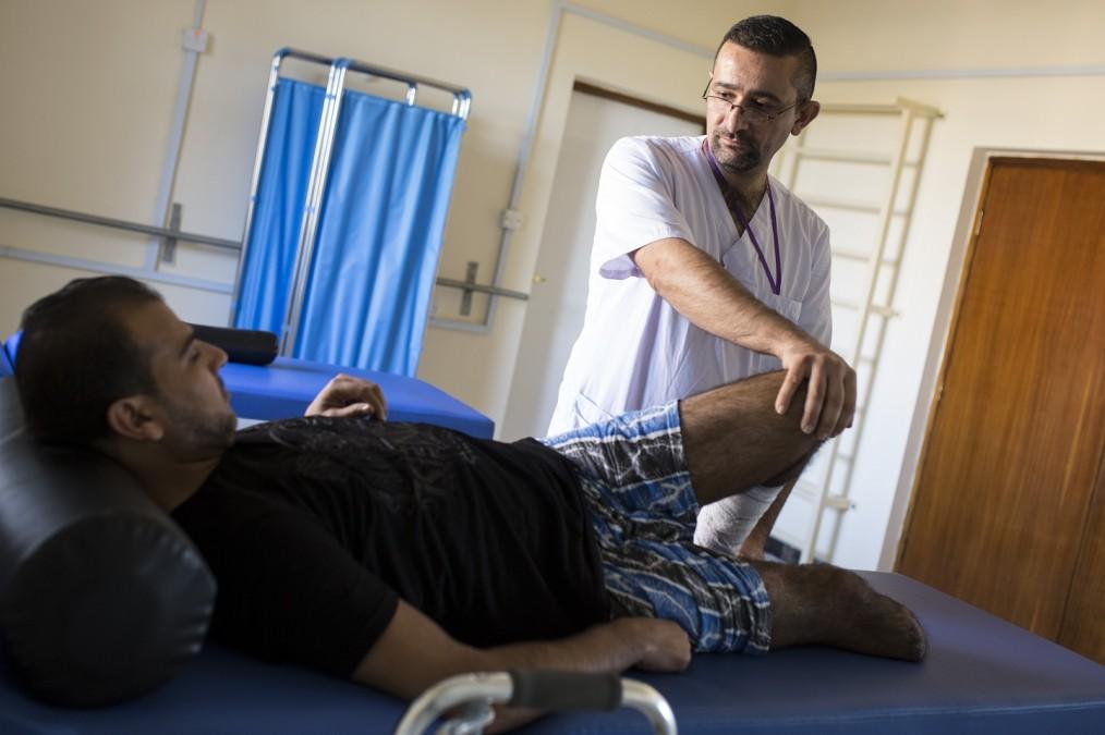 En août 2017, Majid a été victime d'une explosion. Il a été pris en charge par l'équipe MSF du centre de rééducation médicale de Bagdad, en Irak. © Florian SERIEX/MSF