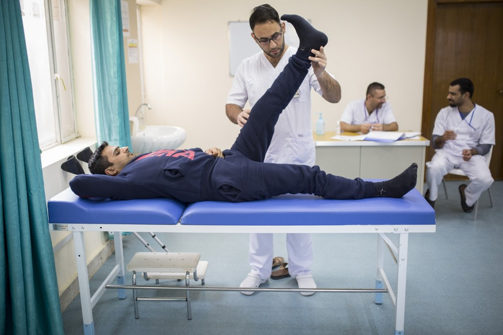 Amir a été blessé par un coup de feu à Bagdad il y a quelques mois, il est aujourd'hui pris en charge par le centre de rééducation médicale de Bagdad, en Irak. © Florian SERIEX/MSF