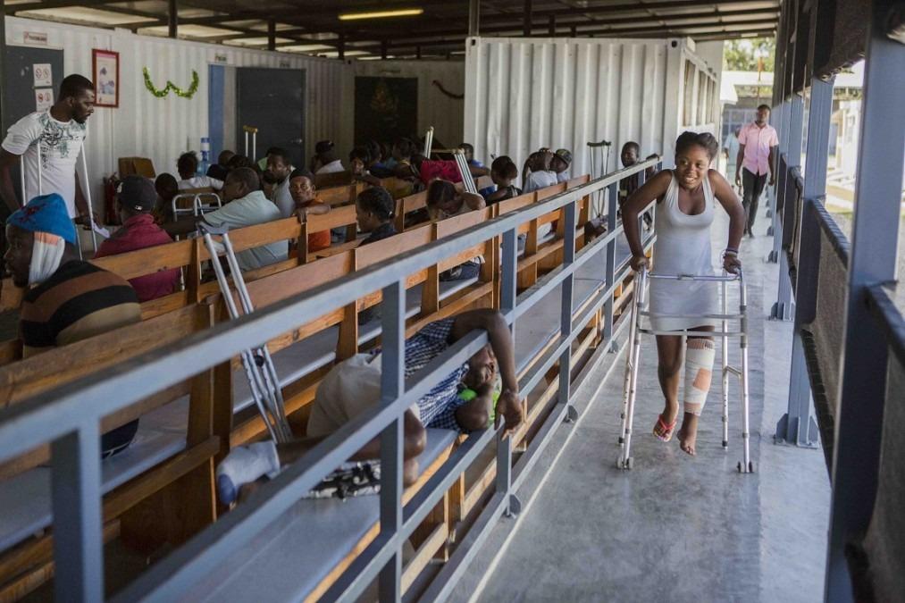 Cheldine Jean Pierre, 17 ans, quittant la clinique de l'hôpital Nap Kenbé après avoir été soigné d'une blessure par balle au pied gauche. © Jeanty Junior Augustin, Haïti, décembre 2017