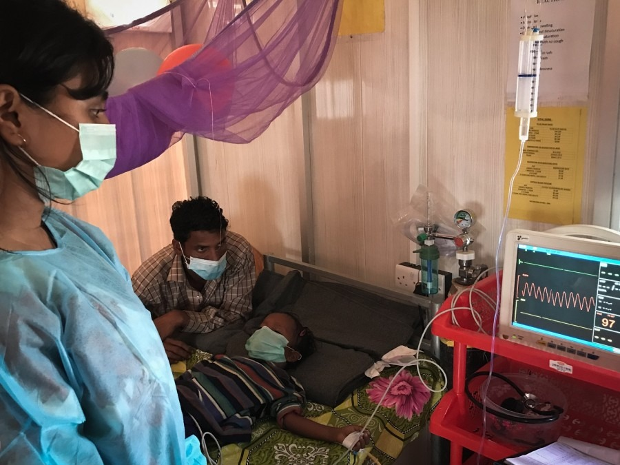 A nurse closely monitors a patient who is receiving treatment for diphtheria at MSF's clinic near Cox's Bazar, Bangladesh. © Sara Creta/MSF