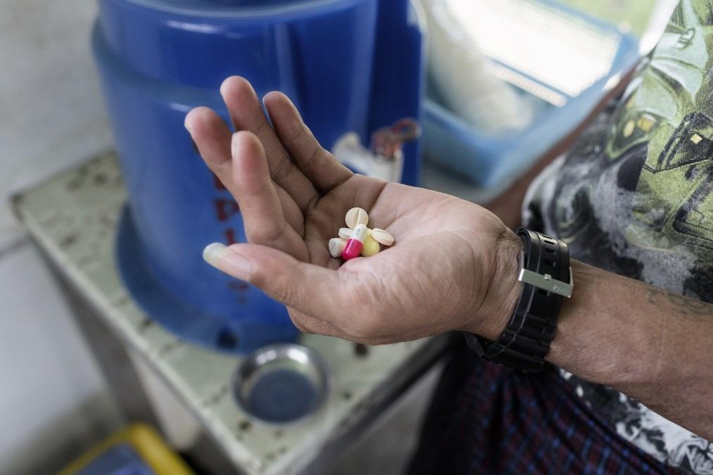 Un patient prend son médicament quotidien contre la tuberculose à la clinique Insein de MSF, Yangon, Myanmar, février 2018. © Alessandro Penso/MAPS