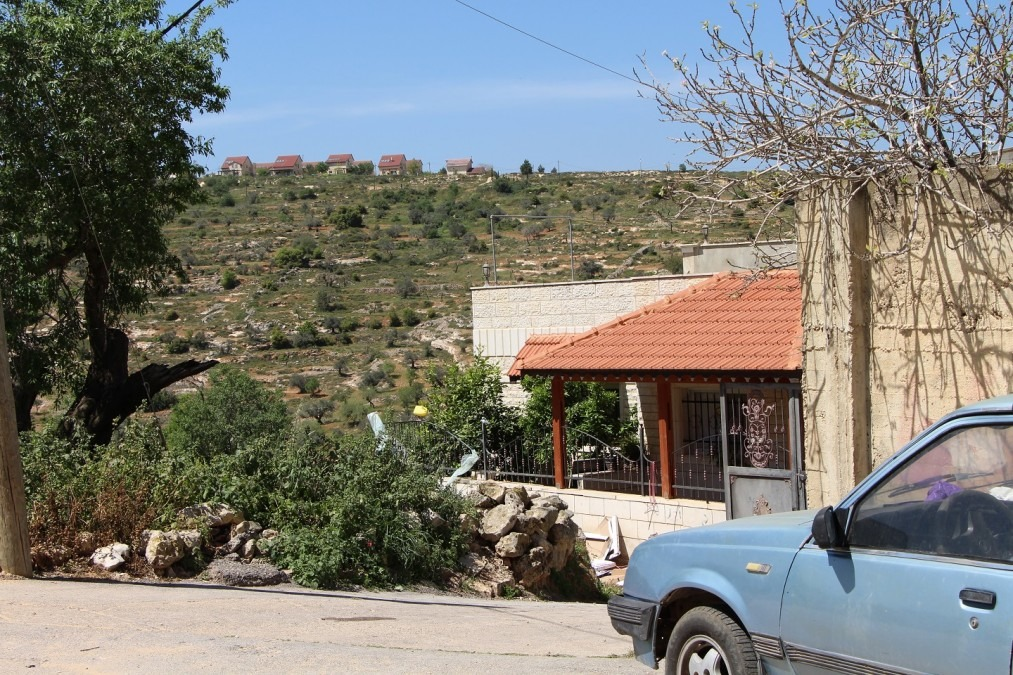 The village of Qaryout is surrounded by israeli settlement. This is the view from in front of the house of Reema, former MSF patient. West Bank, April 2018. © Laurie Bonnaud/MSF