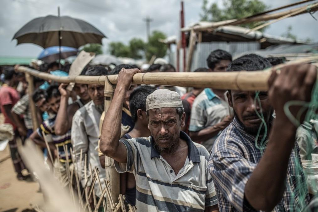 Abeda Khatum attend son tour, avec d'autres réfugiés, pour obtenir de la nourriture. bangladesh, avril 2018. © Pablo Tosco/Angular