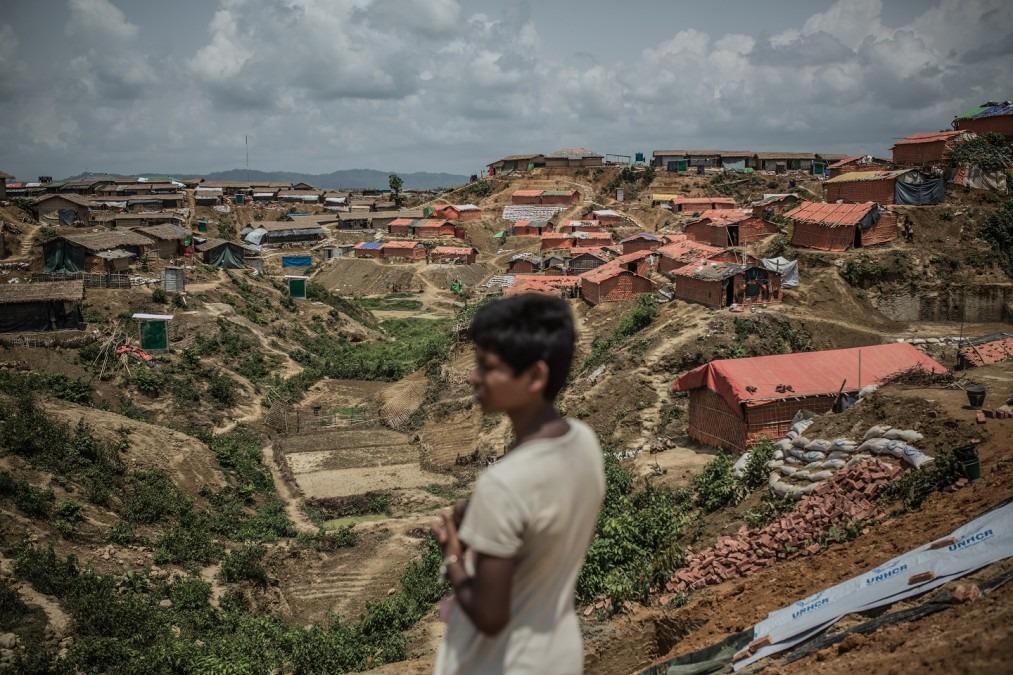Dans la périphérie du camp de Kutupalong, les organisations humanitaires renforcent les fondations des nouveaux abris construits pour les réfugiés. Bangladesh, avril 2018. © Pablo Tosco/Angular
