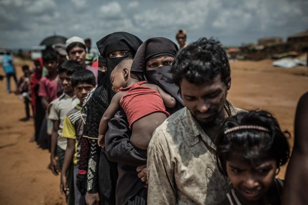 Un groupe de réfugiés rohingya fait la queue pour l'assignation de leurs nouvelles maisons dans le camp de Kutupalong, Cox's Bazar. Bangladesh, avril 2018. © Pablo Tosco/Angular
