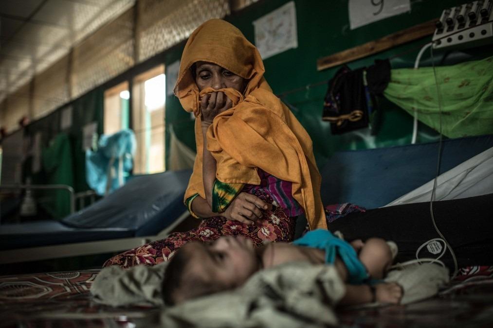 Ansar et son fils de trois mois Salim Ullah à l'intérieur de l'hôpital MSF à Goyalmara. Bangladesh, avril 2018. © Pablo Tosco/Angular