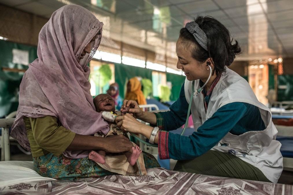 Rozia et son fils de deux mois, Zubair, à l'hôpital MSF de Goyalmara. Bangladesh, avril 2018. © Pablo Tosco/Angular