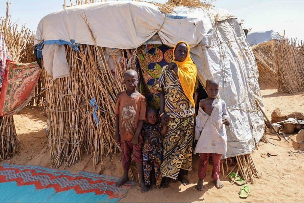 Konama, 35 ans, est une réfugié nigérienne. Elle a fui son village avec ses trois enfants il y a presque 4 ans et s'est installée dans un camp informel à proximité de la ville de Diffa. Niger, mars 2018. © MSF/Alexander Wade