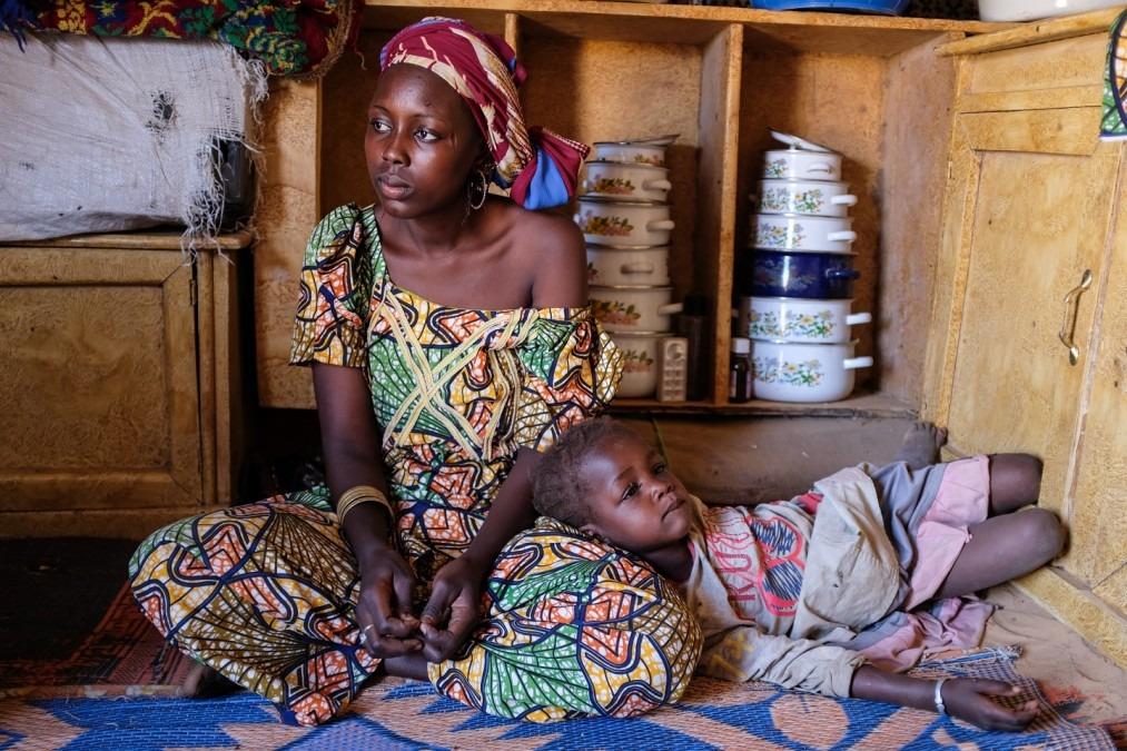 Athadjara, 20 ans, est une réfugié nigérianne. Elle a quitté son village il y a 4 ans et s'est installée dans un camp de transit près de Diffa, au Niger. Mars 2018. © MSF/Alexander Wade