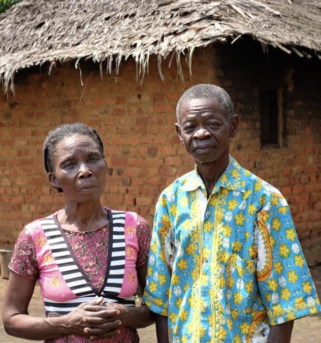 Marie-Vincent mit ihrem Mann vor ihrem Haus in Itipo, Provinz Equateur in der DRC. © MSF