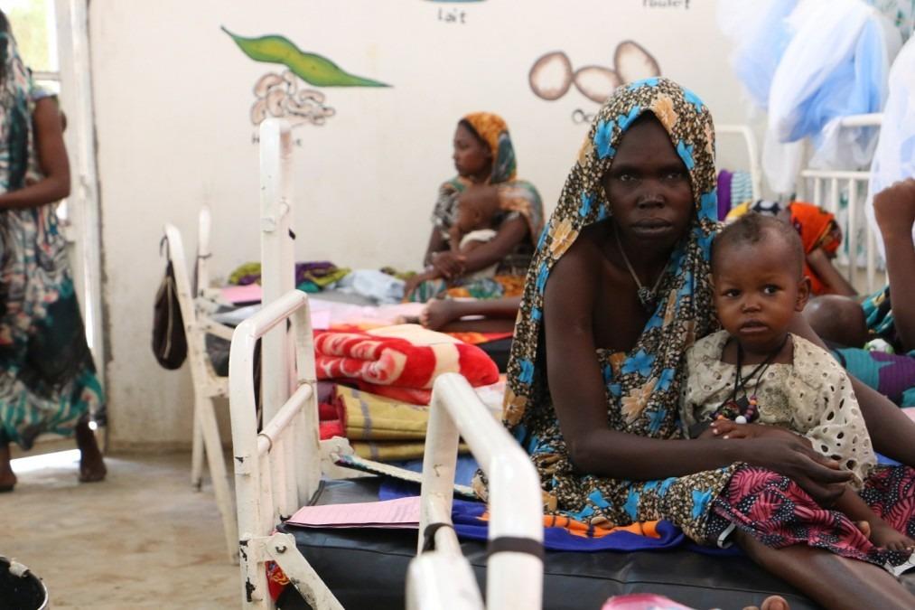 Un enfant et sa mère dans un centre de nutrition thérapeutique soutenu par MSF au Tchad. 2018. © Candida Lobes/MSF