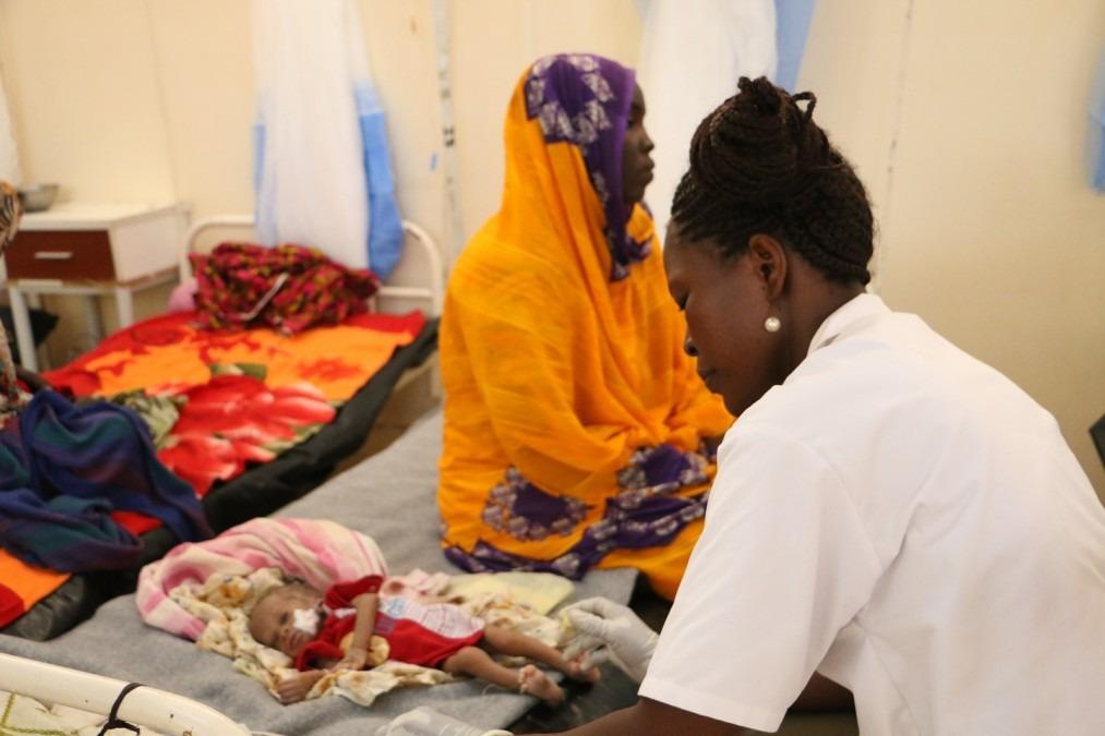 Un enfant de 39 jours atteint de malnutrition sévère est pris en charge dans le centre de nutrition thérapeutique d'un hôpital soutenu par MSF au Tchad, en 2018. © Candida Lobes/MSF