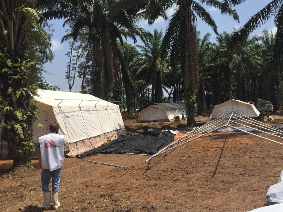 Mis en place d'une unité de traitement à Mangina. République démocratique du Congo, août 2018. © Sylvie Michaud/MSF