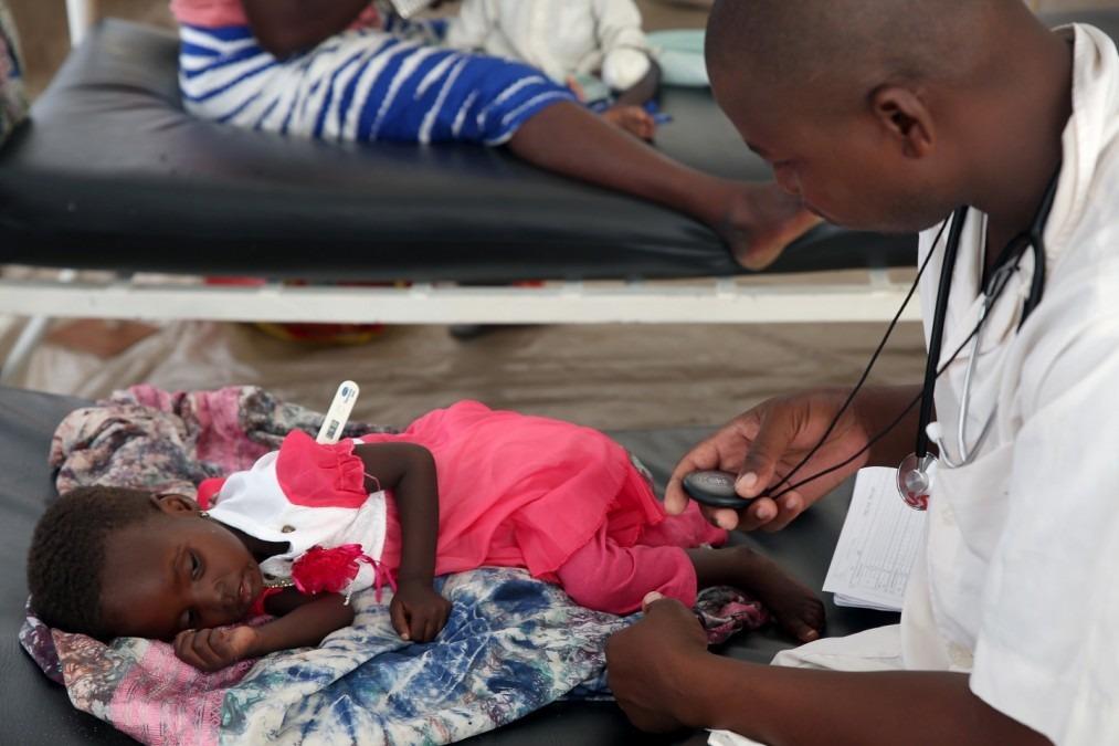 Les infirmières surveillent les paramètres vitaux des enfants admis dans les salles de soins, notamment la température, la fréquence respiratoire et la fréquence cardiaque. tchad, août 2018. © Mohammad Ghannam/MSF
