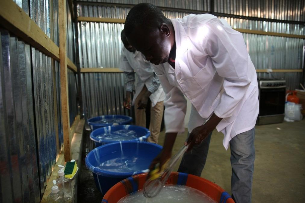 Les assistants nutritionnistes font la vaisselle avant la préparation et la distribution du lait thérapeutique. Tchad, août 2018. © Mohammad Ghannam/MSF