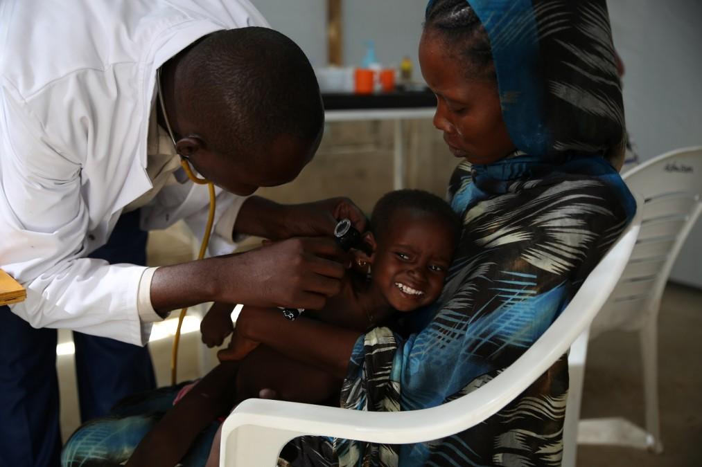 Les enfants mal nourris sont dirigés vers le centre d'alimentation thérapeutique des patients hospitalisés de MSF par les centres de santé voisins ou directement ramenés de chez eux par leur gardien. Tchad, août 2018. © Mohammad Ghannam/MSF