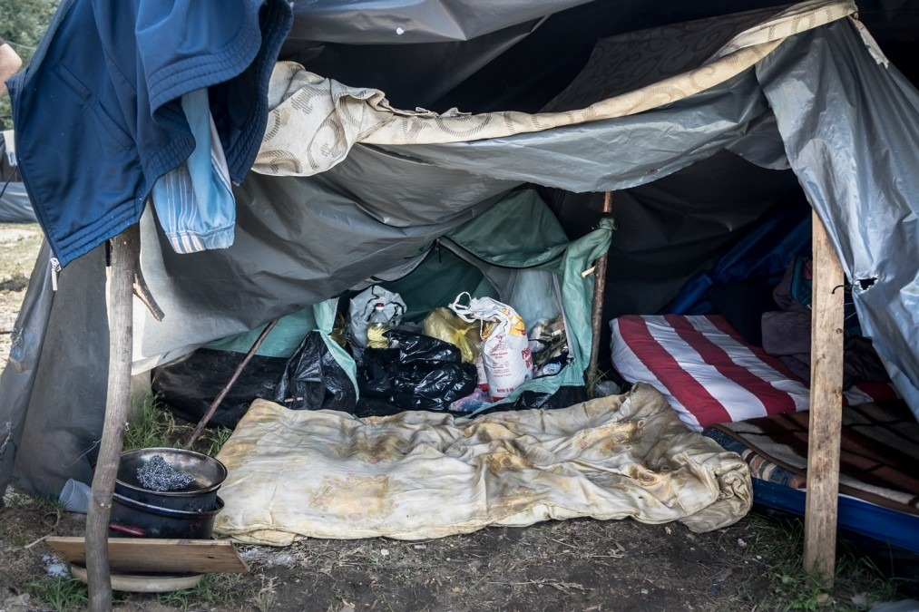 Improvised materials are used to provide rough shelter outside the town of Velika Kladuša, along Bosnia's border with Croatia. July 2018. © Kamila Stepien