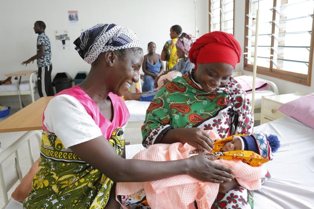Une mère et son visiteur admirent un nouveau-né dans le nouvel hôpital Mrima de Likoni. Kenya, juin 2017. © Paul Odongo/MSF