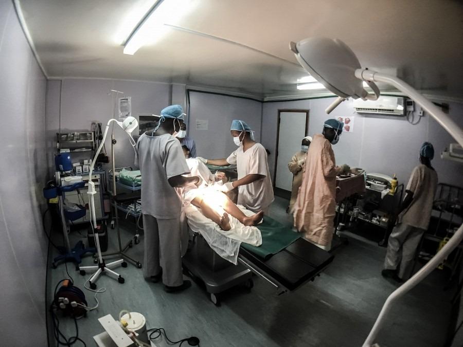 L'équipe chirurgicale pratique une césarienne à une mère dans une salle d'opération dans le conteneur d'expédition modifié. Kenya, juin 2017. © MSF/Paul Odongo