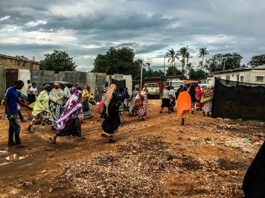 Visiteurs se rendant à l'hôpital de Likoni, fabriqué dans un conteneur d'expédition. Kenya, juin 2017 © MSF/Paul Odongo