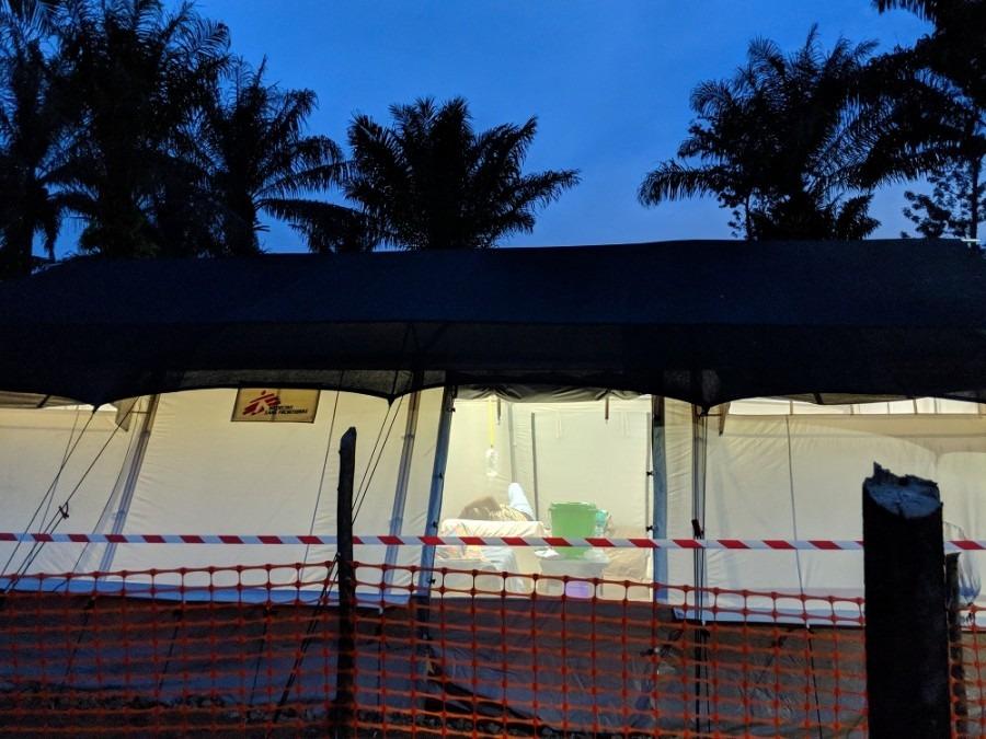 Le centre de traitement d'Ebola de Mangina à la tombée de la nuit. Nord-Kivu, République démocratique du Congo, Août 2018. © Karin Huster/MSF