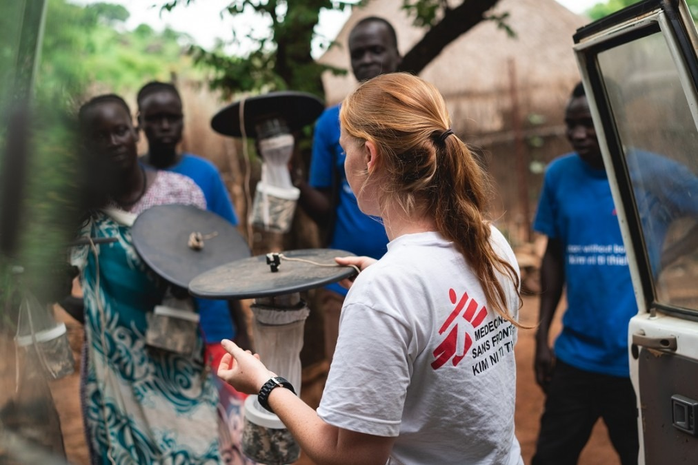 Jeanine Loonen – MSF entomologist – explains the setup and functioning of mosquito traps to the MSF outreach workers that will distribute them to the selected refugee households. Ethiopia. July 2018. © Gabriele François Casini/MSF