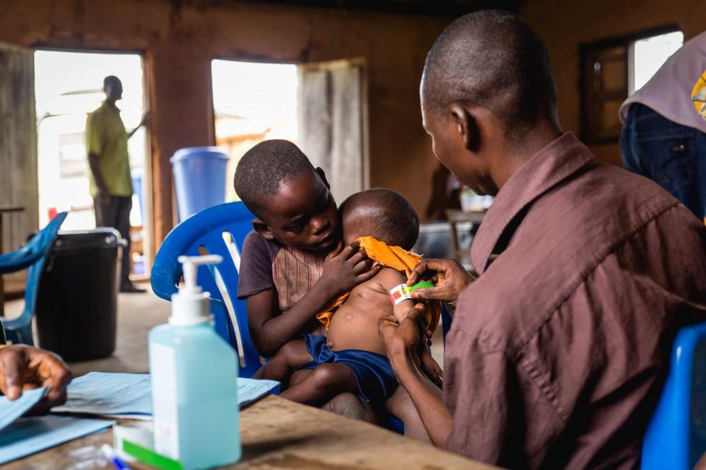 Deux enfants en consultation dans un CNTA. RDC, mars 2018. © Quentin Bruno/Brassage Photographique