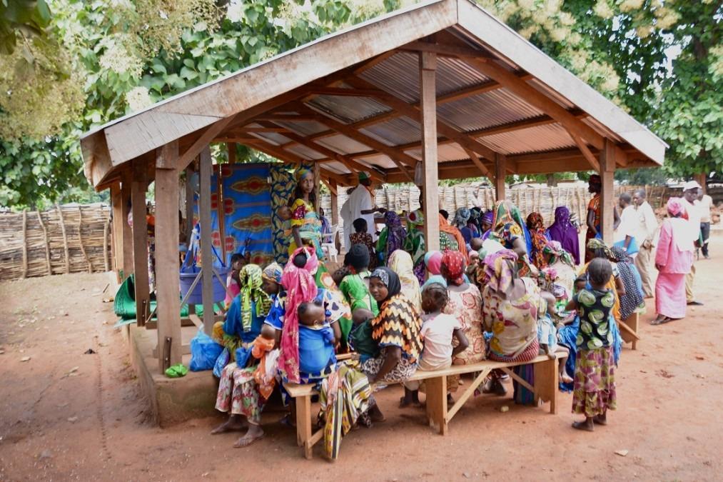 Une fois par semaine, des enfants souffrant de malnutrition sévère sont examinés au centre de santé d'Elevage à Bambari. République centrafricaine, juillet 2018. © Elise Mertens/MSF
