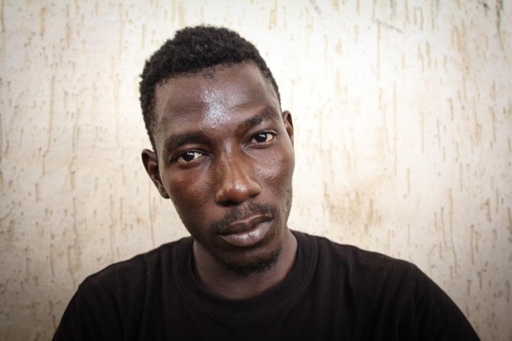 Un des survivants d'un naufrage dans un centre de détention, soigné par le personnel médical de MSF. Il a une ancienne blessure par balle à la jambe. Libye, septembre 2018. © Sara Creta/MSF