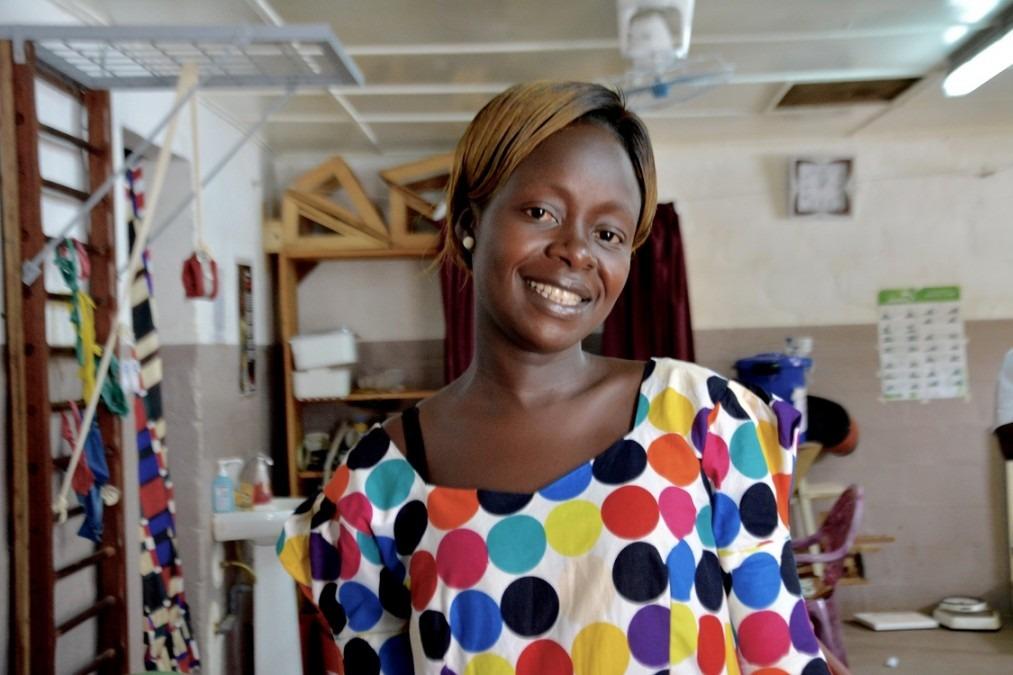 Après un accident de moto en avril 2017, Stéphanie a dû se faire amputer la jambe gauche. Elle a récemment reçu sa prothèse définitive. République centrafricaine. Août 2018. © Elise Mertens/MSF