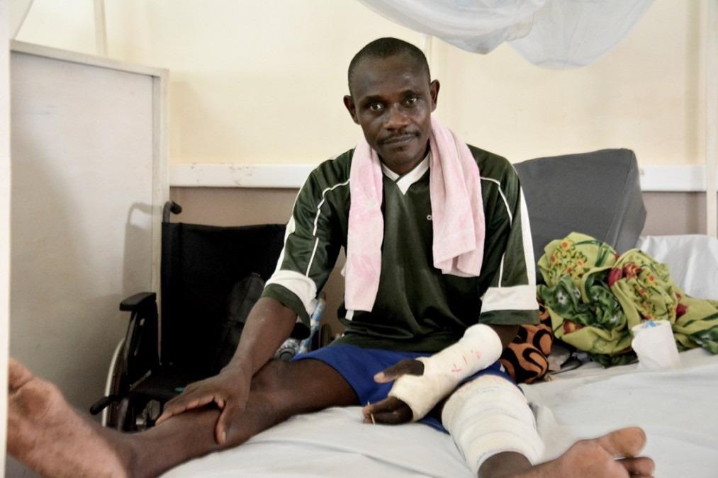 Après un accident de moto en mai 2018, Jean-Noël a dû rester immobilisé pendant deux mois. Soutenu par l'équipe de physiothérapie, il apprend maintenant à se relever. République centrafricaine. Août 2018. © Elise Mertens/MSF