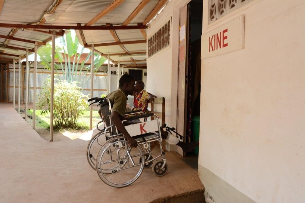 Des soins de physiothérapie précoces sont essentiels pour permettre au patient de se rétablir le mieux possible après un traumatisme ou une chirurgie et pour atténuer les conséquences à long terme. République centrafricaine. Août 2018. © Elise Mertens/MSF