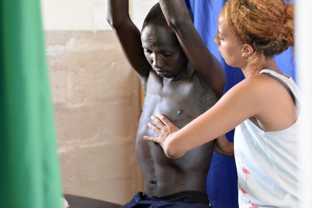 Après avoir été violemment poignardé à la potrine, Haroun, a passé près d'un mois en soins intensifs à l'hôpital SICA. La physiothérapie l'a aidé à retrouver sa capacité respiratoire. République centrafricaine. Août 2018. © Elise Mertens/MSF